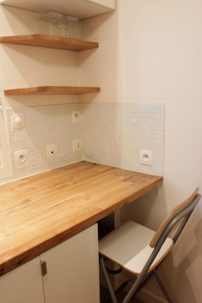 Inside my home - Comment rénover et aménager une chambre de service - Le coin cuisine comprend également un espace bureau avec étagères de rangements. An area that could be used as a desk was created.