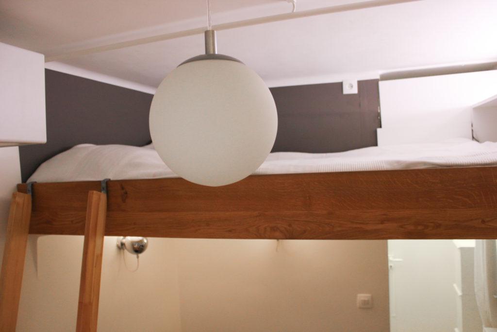 Création d'un espace couchage deux places en mezzanine avec des rangements - double mezzanine bed with shelves