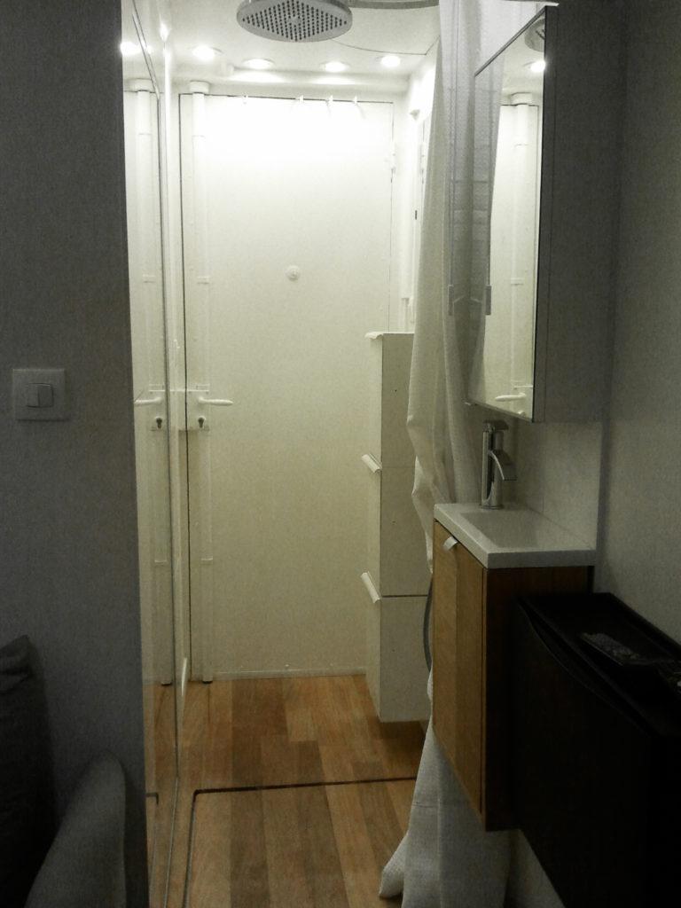 Inside my home - L'espace douche modulable a été créé dans l'entrée de la chambre, avec une trappe posée sur le receveur de douche