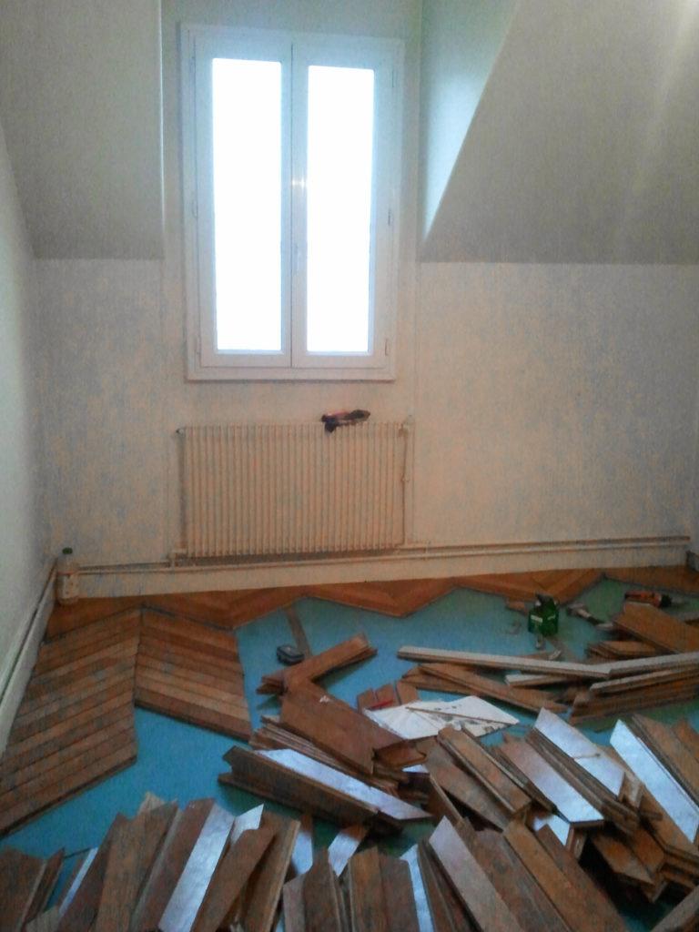 Un appartement 2 pièces complètement rénové et transformé en appartement haussmannien. Pose d'un parquet massif point de Hongrie en chêne d'occasion.