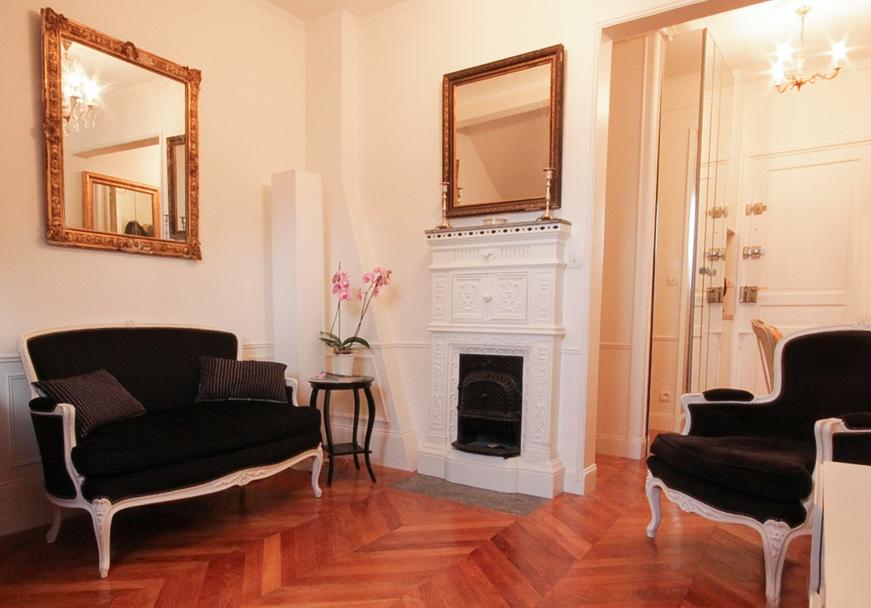 Un appartement 2 pièces complètement rénové et transformé. One bedroom flat makeover: the living room.