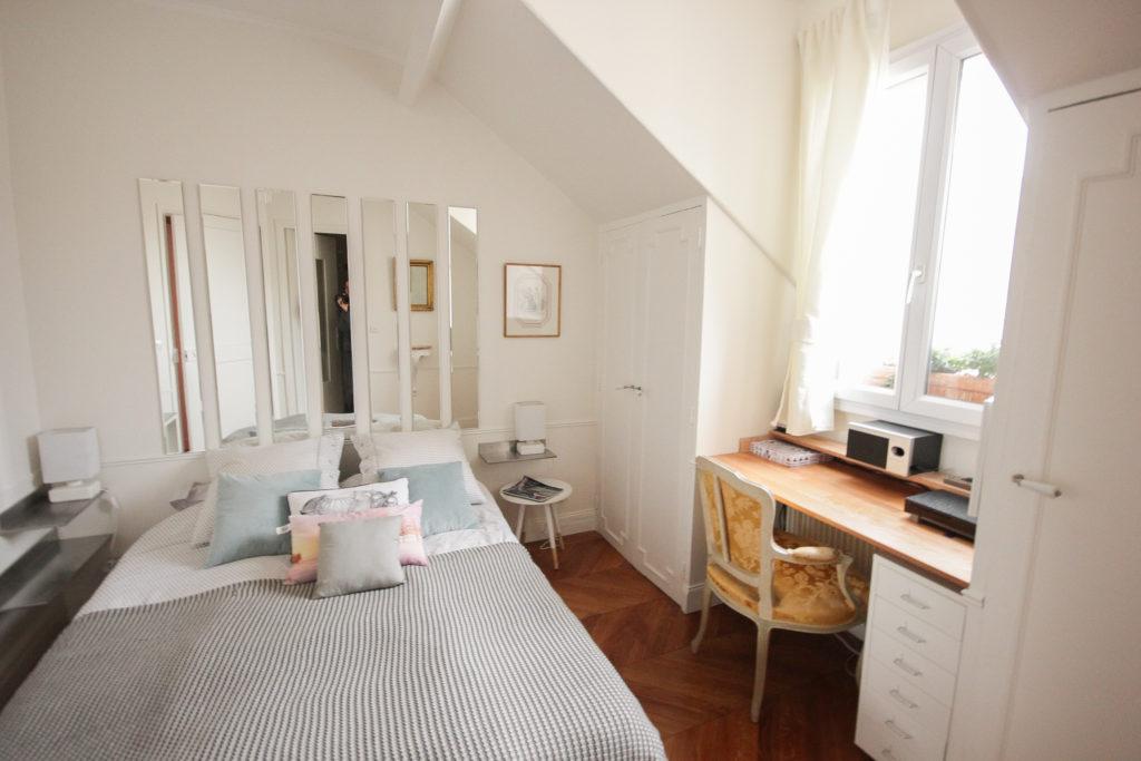 Un appartement 2 pièces complètement rénové et transformé en appartement haussmannien. Chmabre avec coin bureau et dressings