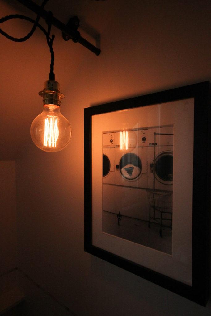 Un appartement 2 pièces complètement rénové et transformé en appartement haussmannien. Photographie tendance, luminaire industriel
