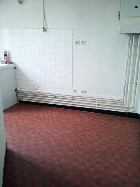Un appartement 2 pièces complètement rénové et transformé en appartement haussmannien. La cuisine à rafraichir, et à aménager