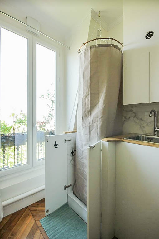 Renovation of a parisian maid's room : a modular foldableshower interated in the kitchen is designed