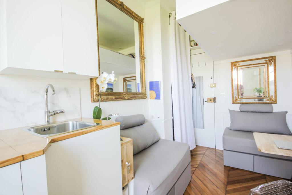 Renovation of a parisian maid's room - Rénovation d'une chambre de service : aménagements sur mesure et décoration classique et épurée donnent du charme et du cachet à ce petit espace