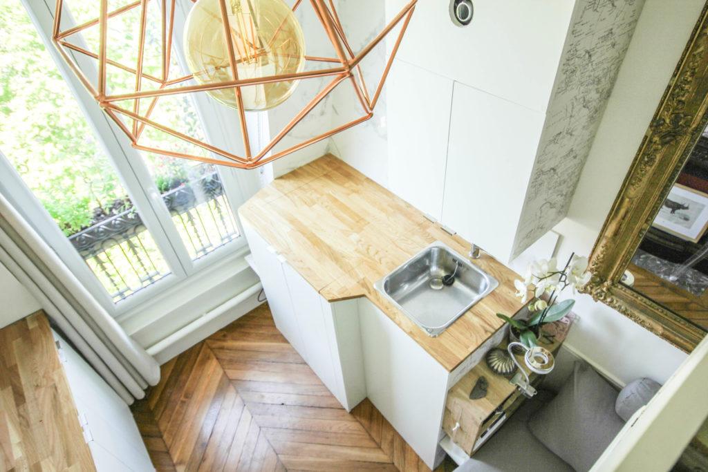Rénovation d'une chambre de service : création d'un plan de travail sur mesure avec une découpe pour l'espace douche - A parisian maid's room studio flat renovation