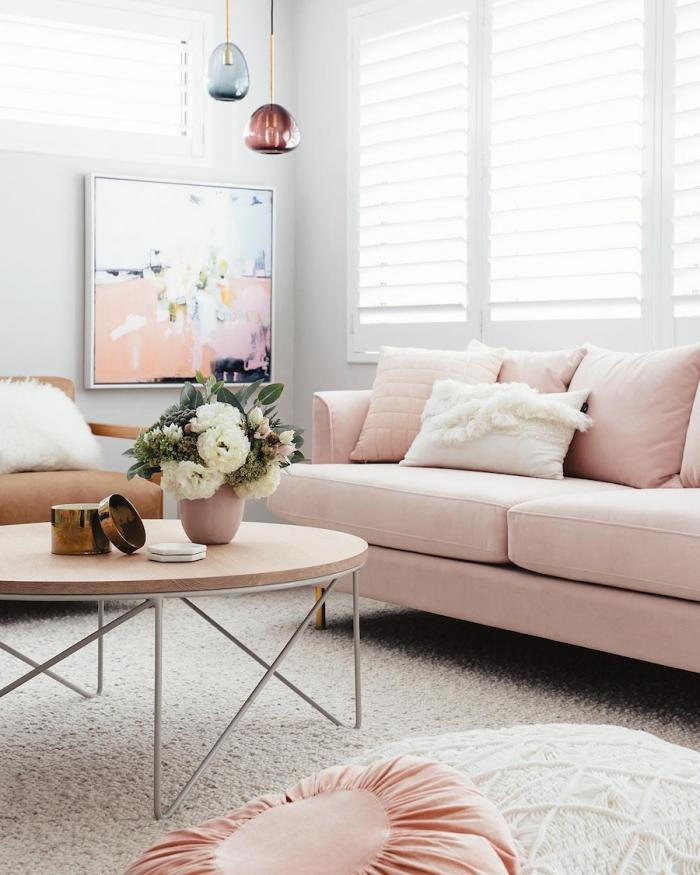 un magnifique canapé rose nude, une idée d'utilisation de cette couleur en décoration !