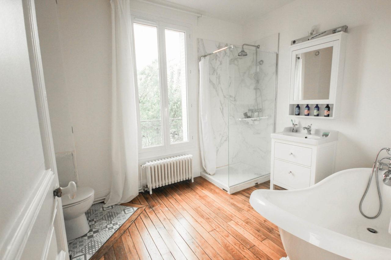 salle de bains de maison meulière avec baignoire pattes de lions et douche carrelage amrbre sol en parquet style rétro - aménagement de la salle de bains de ma maison meulière, journal rénovation - inside my home - blog déco